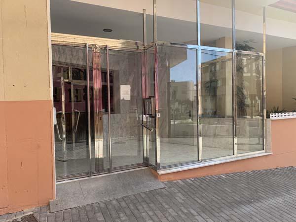 Puerta de portal de acero inoxidable con cristalera